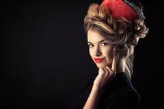 Retrato artístico de la chica joven con el peinado hermoso en el rollo de la forma Fotos de archivo libres de regalías