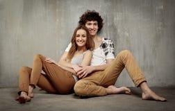 Retrato artístico de un par joven en un gris Foto de archivo