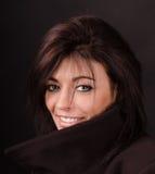 Retrato do brunette em uma obscuridade Fotos de Stock Royalty Free