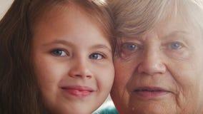 Retrato ascendente cercano de la abuela y de la nieta Ojos azules Diferencia de la edad metrajes