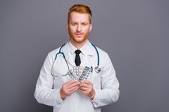 Retrato ascendente cercano de la ampolla tranquila hermosa del control del doctor de píldoras fotografía de archivo libre de regalías