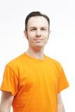 Retrato ascendente cercano de la camiseta del hombre que lleva atractivo en el fondo blanco Fotografía de archivo