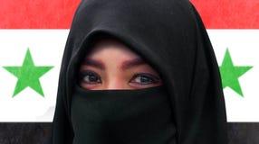 Retrato ascendente cercano de la cara de la mujer musulmán hermosa en burqa tradicional del Islam o de la bufanda de la cabeza de imagen de archivo