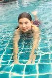 Retrato ascendente cercano de la muchacha en piscina del aire abierto Imagen de archivo libre de regalías