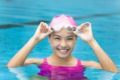 retrato ascendente cercano de la mujer en piscina foto de archivo