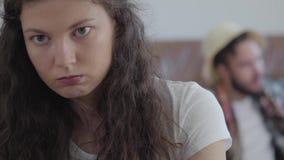 Retrato ascendente cercano de la mujer enojada triste y del hombre feliz en sombrero del verano en el fondo almacen de video
