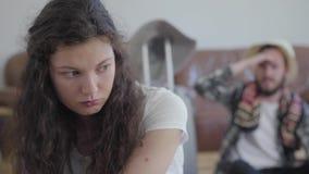 Retrato ascendente cercano de la mujer enojada triste y del hombre feliz en sombrero del verano en el fondo almacen de metraje de vídeo