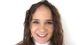 Retrato ascendente cercano de la mujer joven de la belleza con los ojos marrones, sonriendo mirando la cámara C?mara lenta 3840x2 almacen de video
