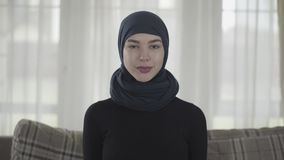Retrato ascendente cercano de la mujer de negocios musulmán joven profesional que mira llevar feliz sonriente de la cámara tradic almacen de video