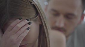 Retrato ascendente cercano de la mujer quebrada triste y su del marido que piden perdón Problemas en la relación entre el hombre almacen de metraje de vídeo