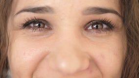 Retrato ascendente cercano de los ojos de la mujer joven de la belleza, sonriendo mirando la c?mara C?mara lenta 3840x2160 metrajes