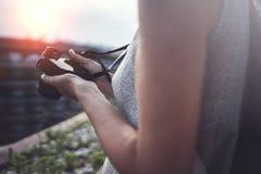 Retrato ascendente cercano de una muchacha bonita sonriente en la ropa informal que toma la foto en una cámara retra sobre fondo  imagen de archivo libre de regalías