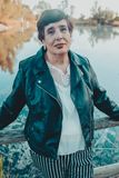 Retrato ascendente cercano de una mujer mayor en el parque del verano fotos de archivo libres de regalías
