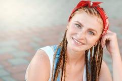 Retrato ascendente cercano del adolescente rojo del pelo con las pecas en estilo sport en día de verano en la calle fotografía de archivo