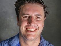 Retrato ascendente cercano del hombre atractivo y confiado joven del empresario en camisa sport que sonríe mirada feliz y positiv imagen de archivo libre de regalías