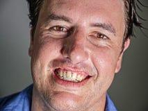 Retrato ascendente cercano del hombre atractivo y confiado joven del empresario en camisa sport que sonr?e mirada feliz y positiv fotografía de archivo libre de regalías