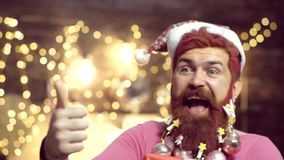 Retrato ascendente cercano del hombre barbudo en el traje de Pap? Noel Preparaci?n de Santa Claus Christmas del inconformista Bar almacen de metraje de vídeo