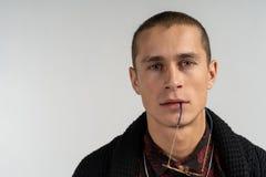 Retrato ascendente cercano del hombre hermoso de aspecto moderno con corte de pelo corto en suéter negro imagen de archivo libre de regalías