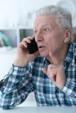 Retrato ascendente cercano del hombre mayor que habla en el teléfono fotografía de archivo libre de regalías