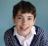 retrato ascendente cercano del muchacho con los dientes sanos blancos fuertes Foto de archivo libre de regalías