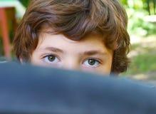 Retrato ascendente cercano del muchacho detrás del neumático de la bicicleta Fotografía de archivo