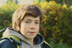 retrato ascendente cercano del muchacho en parque de la ciudad del otoño fotografía de archivo