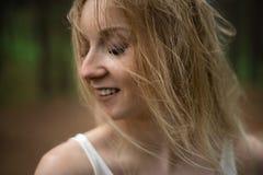 Retrato ascendente cercano - ninfa rubia joven hermosa del bosque de la mujer en el vestido blanco en madera imperecedera foto de archivo libre de regalías