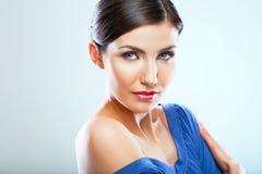 Retrato ascendente próximo da jovem mulher com ombro despido, vestido azul Fotografia de Stock Royalty Free