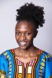 Retrato ascendente próximo da menina africana no vestido azul imagens de stock