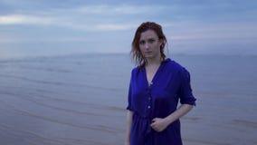 Retrato ascendente próximo da menina nova da mulher do ruivo em um vestido azul com cabelo molhado - por do sol frio temperamenta video estoque