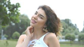 Retrato ascendente próximo da mulher nova consideravelmente de sorriso da raça misturada com cabelo encaracolado, cara de sorriso filme