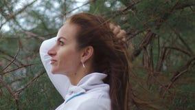 Retrato ascendente próximo da mulher que está no vento A brisa está jogando com cabelo das meninas Clima de tempestade, outono, i vídeos de arquivo