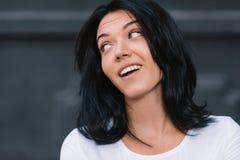 Retrato ascendente próximo de expressões faciais e de emoções humanas positivas tiro da mulher europeia atrativa que olha e fotografia de stock royalty free