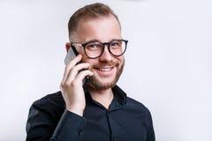 Retrato ascendente próximo do homem alegre que faz um telefonema imagem de stock royalty free