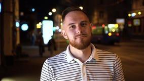 Retrato ascendente próximo do homem farpado no sorriso do t-shirt do polo seguro na câmera que aprecia o indivíduo real do estilo video estoque