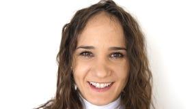Retrato ascendente pr?ximo da jovem mulher da beleza com olhos marrons, sorrindo olhando a c?mera em um fundo branco foto de stock royalty free