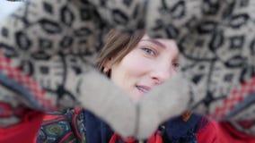 Retrato ascendente pr?ximo de uma menina atrativa caucasiano nova no revestimento vermelho no inverno que olha em linha reta ? c? filme