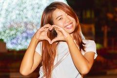 Retrato asiático bonito da noite da mulher com fundo claro dos anos novos Fotos de Stock Royalty Free