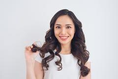 Retrato asiático bonito novo de sorriso amigável da mulher Imagem de Stock Royalty Free