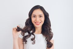 Retrato asiático bonito novo de sorriso amigável da mulher Fotos de Stock Royalty Free