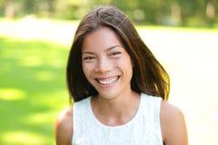 Retrato asiático da mola da mulher no parque fotografia de stock