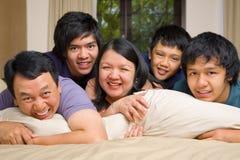 Retrato asiático de la forma de vida de la familia en dormitorio Fotos de archivo