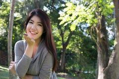 Retrato asiático de la mujer adulto femenino joven con maquillaje natural con referencia a Imagenes de archivo