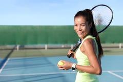 Retrato asiático de la mujer joven del jugador de tenis en corte Foto de archivo