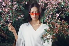Retrato asiático del primer de la moda de la mujer al aire libre imagen de archivo