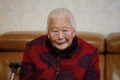 Retrato asiático mayor triste y solo de la mujer mayor del chino 90s Fotografía de archivo libre de regalías