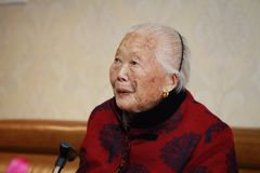 Retrato asiático mayor triste y solo de la mujer mayor del chino 90s Fotografía de archivo