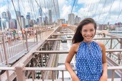 Retrato asiático novo bonito da mulher na ponte de Brooklyn, New York City imagens de stock