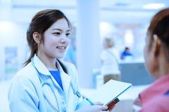 Retrato asiático novo do doutor no hospital Fotografia de Stock Royalty Free