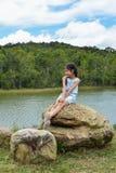 Retrato asiático pequeno da menina com paisagem Fotos de Stock